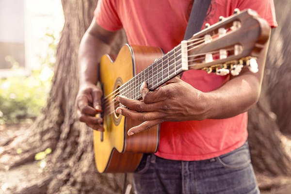 ギターを弾いている手