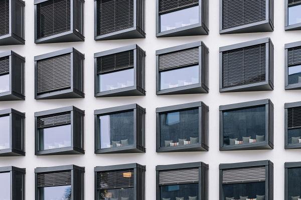 ビルの規則だたしく並んだ窓